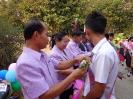 ผู้อำนวยการและครูกลัดดอกไม้ให้กำลังใจนักเรียน ม.3 , ม.6_3