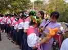 ผู้อำนวยการและครูกลัดดอกไม้ให้กำลังใจนักเรียน ม.3 , ม.6_4